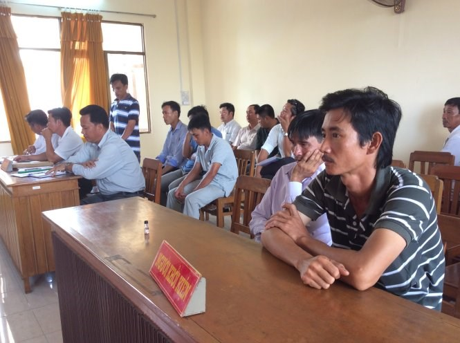 Luong Hoang My (second from right) waits for a verdict on his case in Kien Giang Province. Photo credit: Tuoi Tre