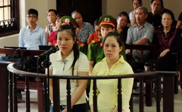 Pham Thi Nguyet (L) and Nguyen Thi Thanh Trang during a court in Hanoi on Wednesday. Photo: Ha An