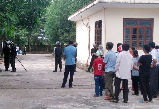 Locals gather outside at a police station in Ha Tinh Province following the death of Nguyen Tien Thieu, 71, on Saturday. Photo credit: Nguoi Lao Dong.