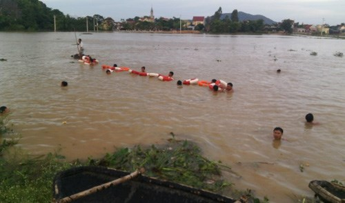 Rescuers search for a schoolboy in Nghe An Province on Friday. Photo credit: VnExpress.