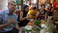 French ambassador to Vietnam Jean-Noël Poirier enjoys bún đậu mắm tôm at a food stall in Dong Xuan Market, Hanoi. Photo credit: Tuoi Tre