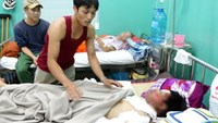 Nguyen Xuan Thanh, 13, receiving treatment with severe burns in his face, ears and neck. Photo credit: Tuoi Tre.