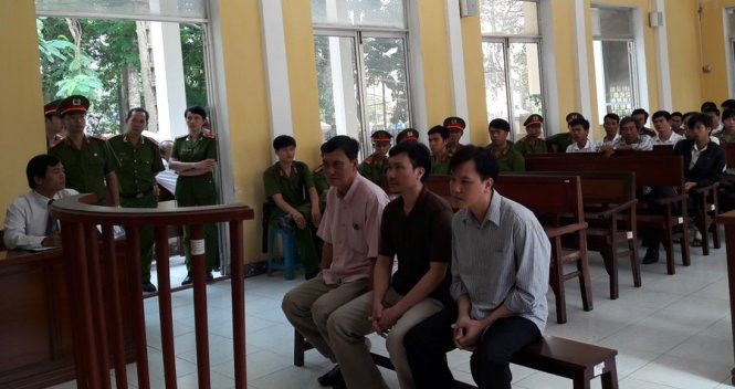 Two police officers and a prosecutor stand trial in the southern province of Soc Trang on Wednesday for the unlawful arrests and abuses of seven suspects in a murder case.  Photo credit: Tuoi Tre