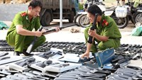 Police inspect hundreds of guns seized from a truck in Binh Phuoc Province on Tuesday morning. Photo: Do Truong