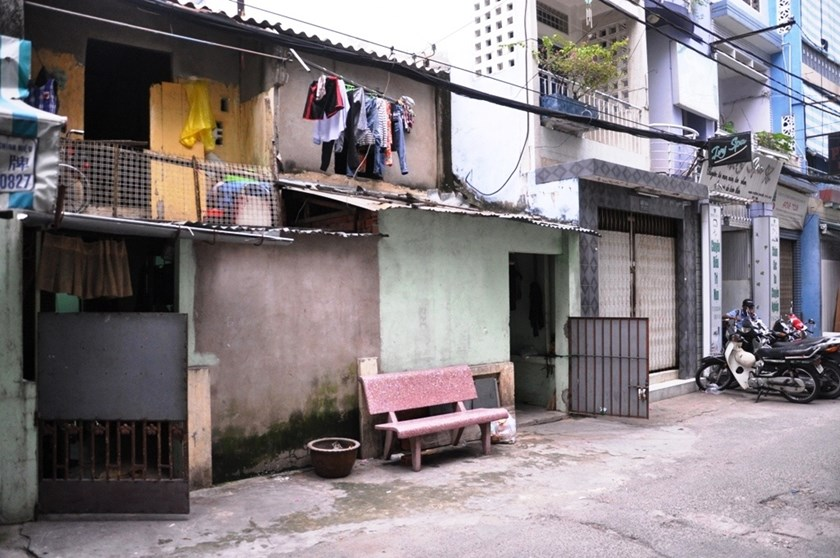 Photo taken in front of a rented house where Tran Hoai Son, 28, allegedly stabbed his wife to death on Monday night.  Photo credit: Dan Tri.