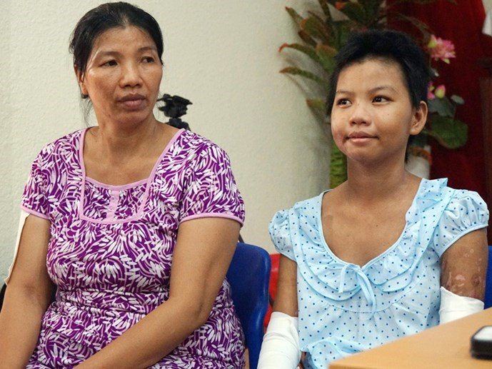 Nguyen Thi Kim Linh (R) sits beside her aunt on Wednesday. Photo: Nguyen Mi