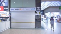 Singaporean authorities shut down Mobile Air electronics shop in Sim Lim Square after discovering that the shop has cheated many tourists. Photo: Minh Hoang
