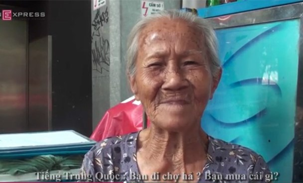 Tran Thi Dinh, 86, can speak English, French, Cantonese Chinese and Khmer to her customers. Photo credit: VnExpress
