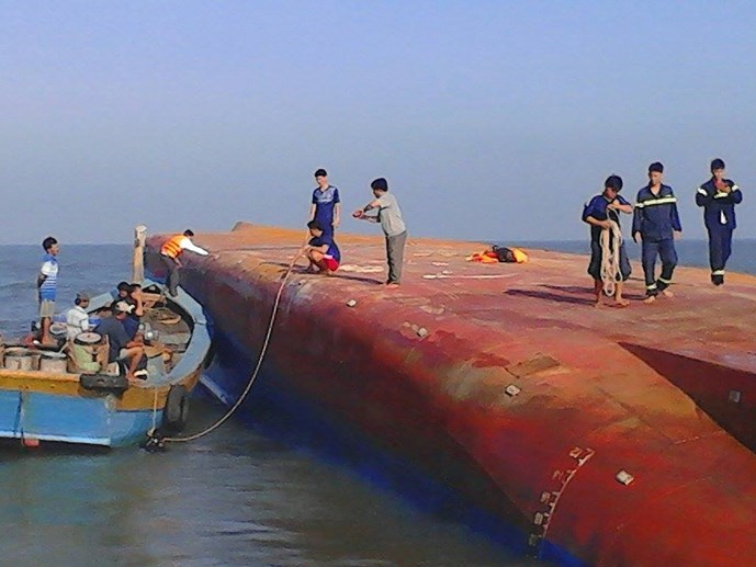 Rescuers trying to get into the Hoang Phuc 18 ship where five crew members are likely stuck inside it. Photo: Hoai Nhon