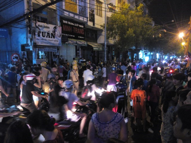 Police block a large area in Binh Thanh District last night, luring hundreds of people watching the scene. Photo: Duc Tien.