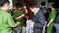 Police seize swords inside a groceries in Quang Tri Province on Saturday. Photo credit: Quoc Nam/Tuoi Tre.