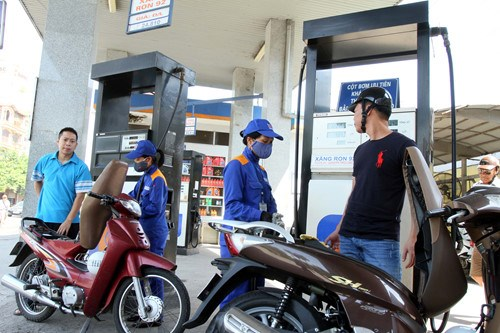 Retail gasoline prices in Vietnam fell by more than 3 percent on Monday. Photo: Ngoc Thang
