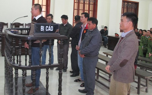 The defendants involved in a fraud that cheated thousands of gasoline buyers stand trial in Nghe An Province. Photo: Khanh Hoan