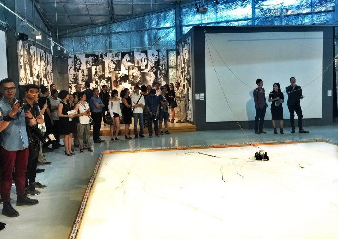 Viewers during a contemporary art show at the FCAC in District 2, Ho Chi Minh City. Photo credit: Tuoi Tre.