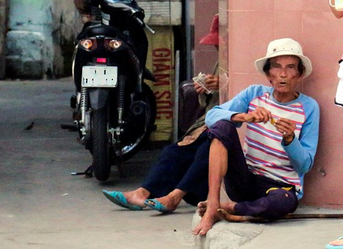 Nha Trang will send street beggars to social centers for vocational training.