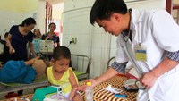 A preschooler receives treatment at Thanh Chuong General Hospital in Nghe An Province on Friday. Photo credit: Tuoi Tre