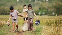 "A still image of a scene from the Vietnamese film ""Yellow Flowers on the Green Grass"" directed by Victor Vu"