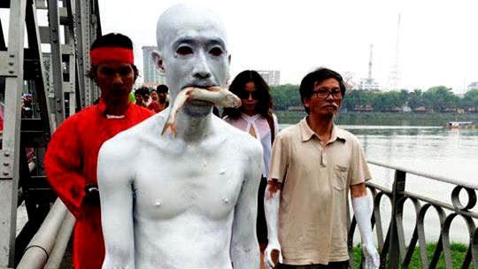 A performance art piece in Hue on Friday. Photo credit: Tuoi Tre.