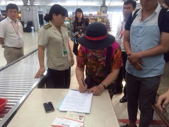 Yan Fengge signs a minutes on May 5, 2016, admitting she stole a mobile phone from the luggage of another Chinese on the same plane. Photo provided by Cam Ranh International Airport