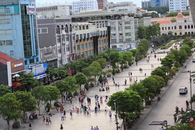 Tourists can access free Wi-Fi at the Nguyen Hue pedestrian zone in Ho Chi Minh City's District 1. Photo: Vu Phuong/Thanh Nien