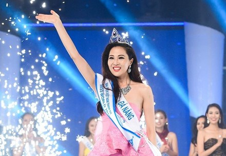 Truong Dieu Ngoc, 26, captures the Miss Ao Dai 2016 crown at the final gala on Tuesday. Photo: Lao Dong.