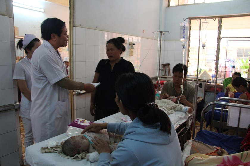 An infant receives treatment of burns at Dak Lak General Hospital on Friday. Photo: Ngoc Anh