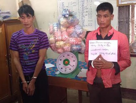 Bua May, 35 (L), and Bua Thoong, were caught with 35 kilograms of opium on June 15, 2016. Photo provided by border guards