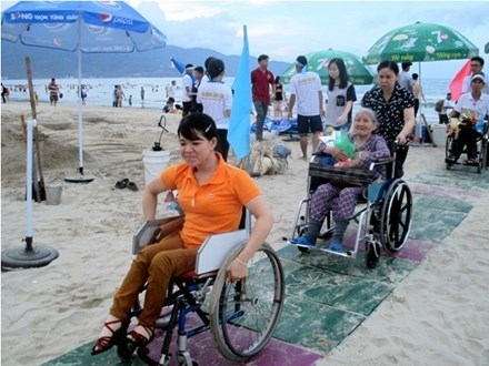Wheelchair users trying the new pathway for them at the Bien Dong Park in Da Nang city. Photos: Zing