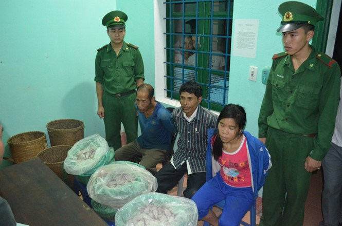 Three suspects caught by Quang Tri border guards with 79.3 kilograms of TNT explosives. Photo: Manh Hung