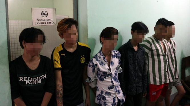 Six members of a teenage ring that has been linked to over 10 robberies Binh Thanh District, Ho Chi Minh City. Photo provided by the police