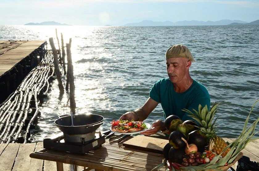 Robert Danhi cooking crabs unloaded off from the boat. Photo credit: Dien Quan Media Company