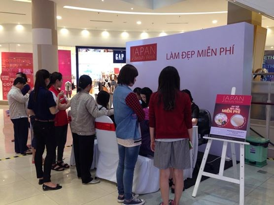 Local customers at the Japan Beauty Week held in AEON Mall Tan Phu, HCMC