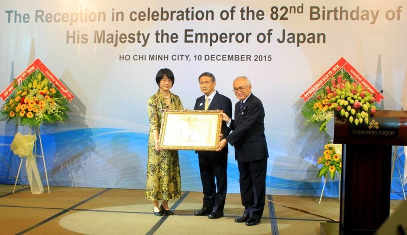 Japanese Consul General Nakajima Satoshi (R) granted the Order of the Rising Sun to Vietnamese businessman Nguyen Tri Dung (C) in Ho Chi Minh City on December 10, 2015