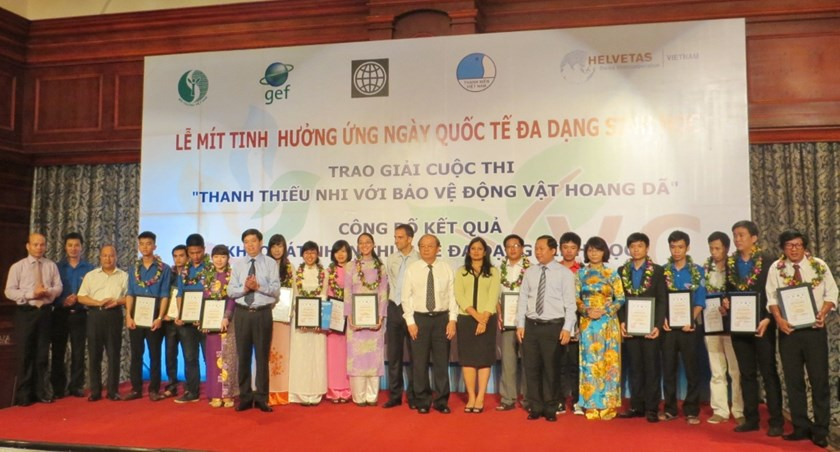 "Winners of the ""Youth for Wildlife Protection"" competition held by Vietnam Environment Administration and Central Youth Union to improve awareness of wildlife protection among local youths. Photo credit: WLC project"