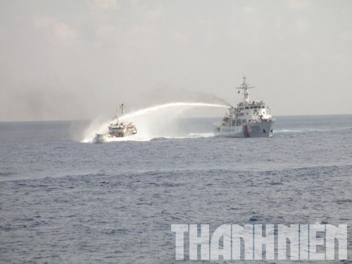 A Chinese ship blasting water cannon at a Vietnamese ship to guard Chinese Haiyang drilling rig operating illegally in Vietnam's continent shelf and exclusive economic zone.