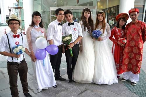 Same-sex couples at a group wedding ceremony in Hanoi on May 17. Photo: Nguyen Tuan