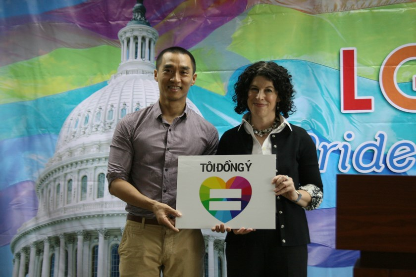 US General Consul Rena Bitter (R) and ICS director Phan Cao Tung hold a board Toi Dong Y (I Do) to support LGBT rights. Photo: Minh Hung