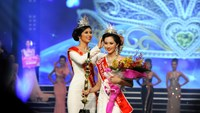Miss Vietnam 2012 Dang Thu Thao smiles as Miss Vietnam 2010 Ngoc Han places the crown on her head. Photo courtesy of Phan Anh