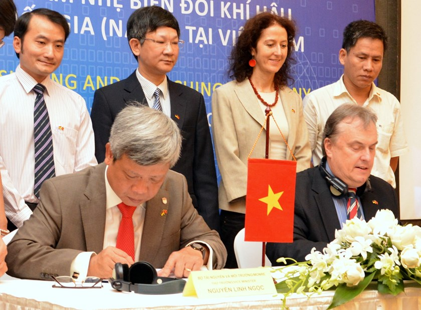 German Federal Enterprise for International Cooperation's Vietnam country director Jochem Lange (R) and Nguyen Linh Ngoc, Vietnamese deputy minister of Natural Resources and Environment signing the agreement. Photo credit: GIZ
