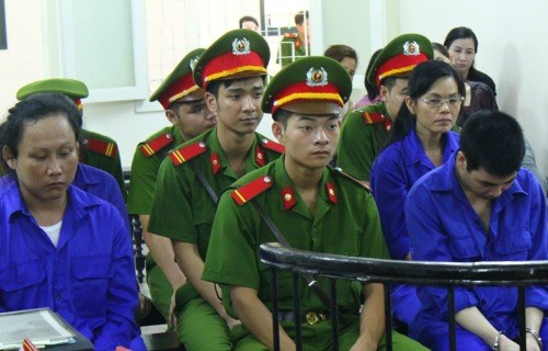 Pornpipom Upapong (L), 32, at the trial in Hanoi on June 12. Photo credit: VnExpress
