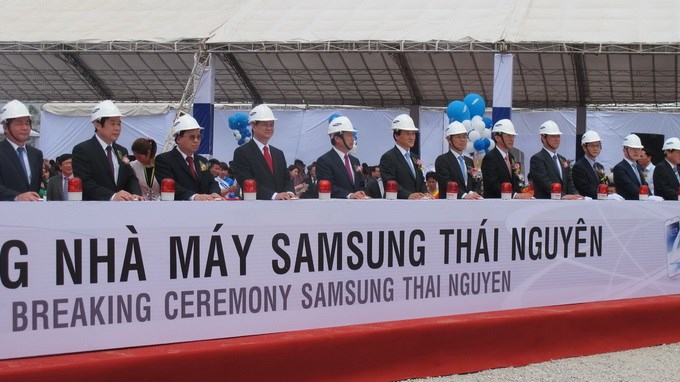 Prime Minister Nguyen Tan Dung (4, L) at the groundbreaking ceremony for the construction of a Samsung factory in Thai Nguyen last March. Photo credit: Tuoi Tre