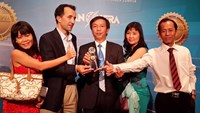 Thanh Nien representatives receive a gold prize medal for the paper's mobile platform at the Asian Digital Media Awards in Kuala Lumpur last November.