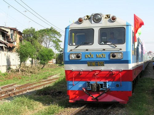 A train on the current one-meter wide track connecting Hanoi and Ho Chi Minh City. Photo: Mai Vong