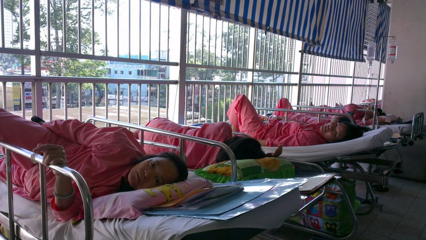 Patients in beds placed at the corridor at the Ho Chi Minh City's Cho Ray Hospital. Photo: Minh Hung