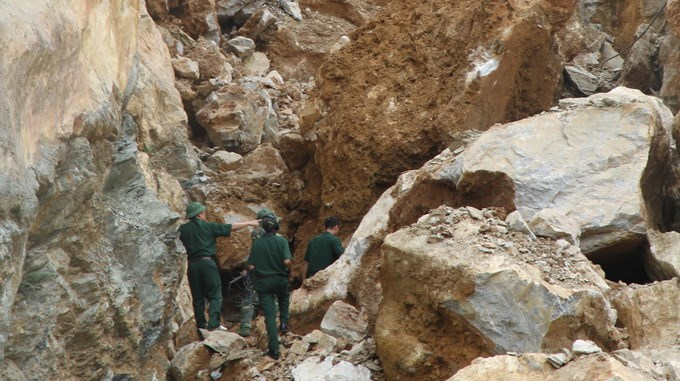 Engineer Corps searching for the bodies of two perished workers in a quarry rockslide on June 25 in Phu Tho Province. Photo credit: Tuoi Tre