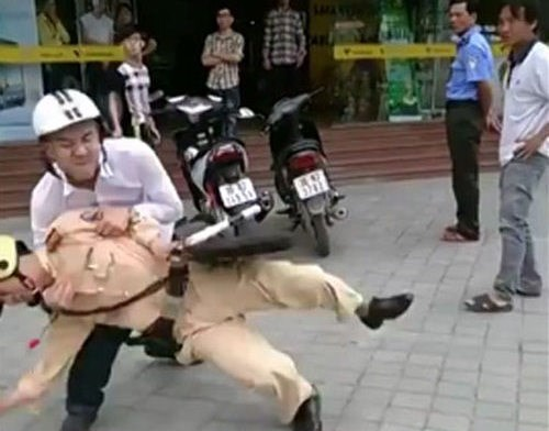 A still from a video clip showing Tran Quang Do throwing major Ngo Hong Hai to the ground