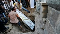 People bury a casket holding the body of Palestinian Christian woman Jalila Faraj Ayyad, whom medics said was killed in an Israeli air strike, during her funeral in Gaza City July 27, 2014. Photo credit: Reuters