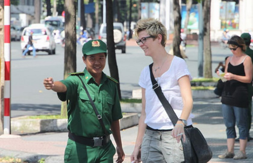 A voluntary youth helping a foreign tourist in Ho Chi Minh City downtown. Photo: Trung Hieu
