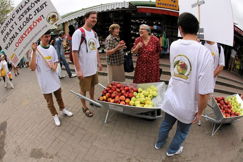 Young people march with a wheel barrow of apples during an event promoting Polish apples in Warsaw August 6, 2014. Moscow announced its ban on most fruit and vegetable imports from Poland last week following the European Union's decision to impose sanctio