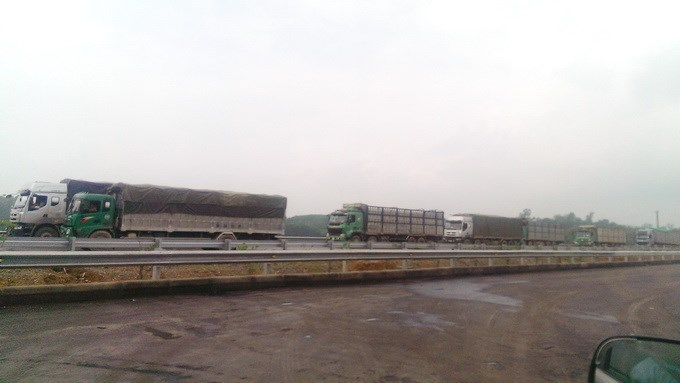 Overloaded trucks on the Noi Bai - Lao Cai expressway that is under construction. Photo: Mai Ha